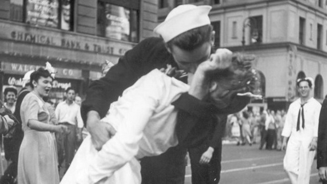 ap-kissing-sailor_36953798_ver1.0_1280_720__1550501745651.jpg
